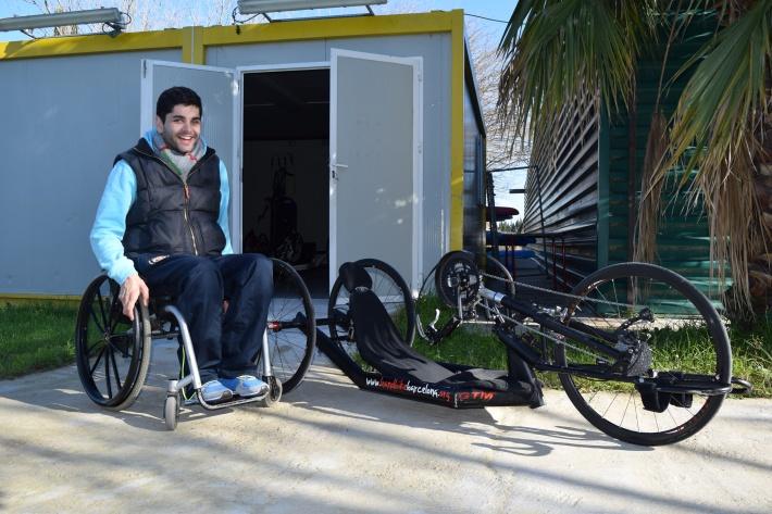 Javier Quiles delante del hangar del Club Hanbike Barcelona, en el Canal Olímpic de Castelldefels.Nikon D-5300