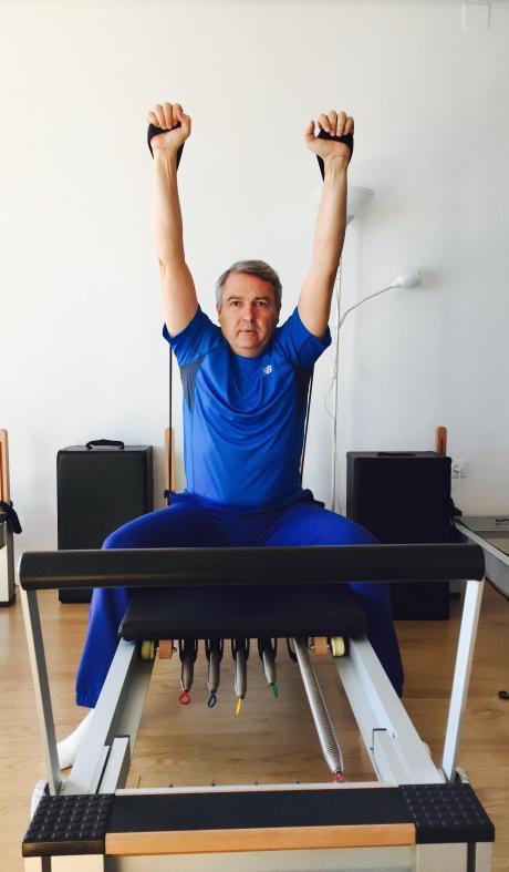 Paco Camarelles en plena acción, siguiendo una clase de Pilates.