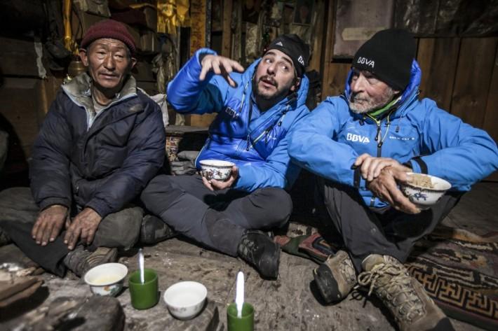 Tomando un té en Lo-Gaon. Carlos Soria y Jordi Roca junto a un hospitalario nepalí.05032015-Té-en-Lo-Gaon-1024x683